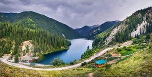 Красивое сценарное озера гор Стоковое Изображение