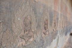 Красивое танцуя Apsaras резное изображение старое искусства кхмера на стене Стоковое Фото