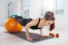 Красивое тонкое брюнет делая некоторую гимнастику на спортзале Стоковое фото RF