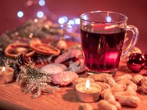Красивое украшение рождества на таблице с обдумыванным вином стоковая фотография