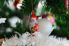 Красивое украшение Санта Клаус на зеленой рождественской елке Стоковые Фото