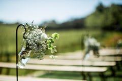 Красивое украшение свадьбы, смертная казнь через повешение раздражает с цветками, с стульями в предпосылке стоковое изображение rf