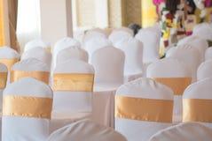 Красивое украшение стульев с лентой в зале события свадьбы, se Стоковые Изображения