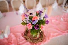 Красивое украшение таблицы сделанное из вазы с красочными цветками Стоковая Фотография