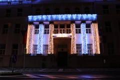 Красивое украшение шариков на городской ратуше Рождество назад И город в шариках и другом украшении стоковое фото