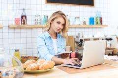 красивое усмехаясь молодое предприниматель кафа стоковые фото