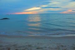 Красивое утреннее время восхода солнца пляжа раньше Красочные небо и вода в отраженном озере Стоковое Фото
