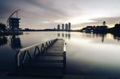 Красивое утро на береге озера отражение здания на облаке поверхности озера, мягких и драматических с красочным на небе Стоковое Изображение RF