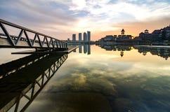 Красивое утро на береге озера Отражение здания на озере Стоковые Фото