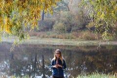 Красивое утро осени девушки на реке Стоковое Изображение