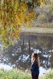Красивое утро осени девушки на реке Стоковое Фото