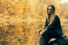 Красивое утро осени девушки на реке Стоковые Фото