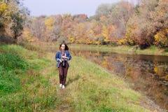 Красивое утро осени девушки на реке Стоковые Изображения RF
