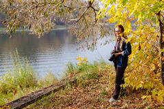 Красивое утро осени девушки на реке Стоковая Фотография