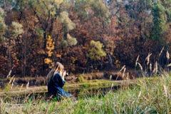 Красивое утро осени девушки на реке Стоковое Изображение RF