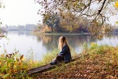 Красивое утро осени девушки на реке Стоковая Фотография RF