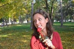 Красивое удерживание молодой женщины подняло в парк Стоковые Изображения