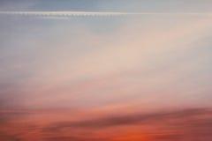 Красивое фантастическое небо захода солнца с трассировкой в небе самолетом Стоковое Изображение