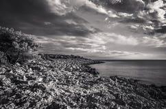 Красивое фото природы и ландшафта в черно-белом входящего шторма на Адриатическом море в Хорватии Стоковые Изображения