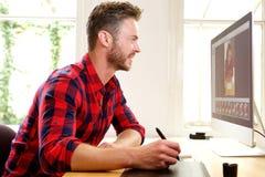 Красивое фото человека редактируя от домашнего офиса стоковые изображения