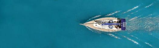 Красивое фото яхты сверху в открытом море стоковая фотография