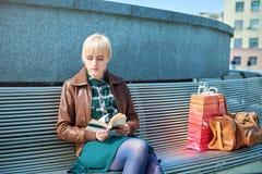 Красивое чтение женщины на стенде Стоковое фото RF
