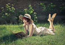 Красивое чтение женщины Стоковые Изображения RF