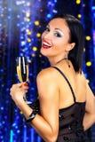 Красивое шампанское черных волос выпивая Стоковые Изображения