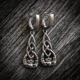 Красивое этническое скандинавское ожерелье ювелирных изделий серебра Claddagh Celtic, серьги, браслеты Стоковая Фотография RF