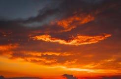 Красивое яркое красочное небо красивейший пасмурный принятый заход солнца неба изображения Стоковые Фотографии RF