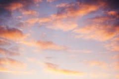 Красивое яркое небо с розовыми облаками, естественный конспект b захода солнца стоковое изображение rf