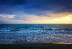 Красивое cloudscape над съемкой моря, восхода солнца и захода солнца стоковое изображение rf