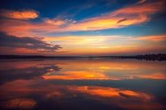 Красивое cloudscape над озером, съемка захода солнца Стоковая Фотография RF