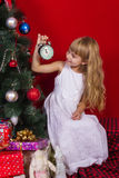 Красивое gir младенца около рождественской елки в Новогодней ночи Стоковые Изображения