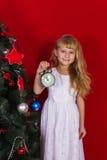 Красивое gir младенца около рождественской елки в Новогодней ночи Стоковое Фото