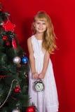 Красивое gir младенца около рождественской елки в Новогодней ночи Стоковые Изображения RF