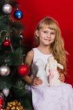 Красивое gir младенца около рождественской елки в Новогодней ночи Стоковое Изображение RF