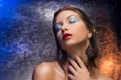 Красивое gir носящ носить серьги на красочном fo Стоковые Фотографии RF