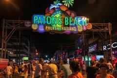 Красивое kata Пхукет пляжа в Таиланде на острове puhket Силуэты людей на заходе солнца На переднем плане силуэт  стоковая фотография rf