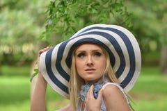 Красивое portreit девушки в саде Стоковое Фото