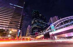 Красивое scape города освещения офисного здания горизонта в капитале предприятий Бангкоке сердца Стоковые Изображения RF