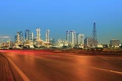 Красивое scape города transportaiton дороги и земли против lig стоковое изображение rf
