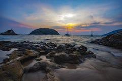 Красивое scape моря и небо солнца установленное nui ya приставают море к берегу andaman Стоковое Изображение