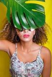 Красивое selfie девушки с smartphone Красивая молодая Афро-американская женщина с афро стилем причёсок лето seashells песка рамки стоковое изображение