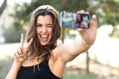 Красивое selfie молодой женщины в парке Стоковая Фотография