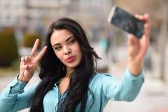 Красивое selfie молодой женщины в парке Стоковое Изображение