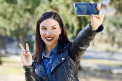 Красивое selfie молодой женщины в парке Стоковые Фото