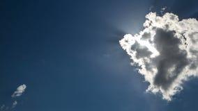 Красивое timelapse cloudscape при большие, строя облака и восход солнца выходить масса облака сток-видео