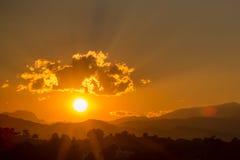 Красивое twilight небо с горой и лес от точки зрения стоковые фотографии rf