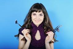Красивое visagiste девушки с tassel для состава с длинними волосами Стоковые Фото